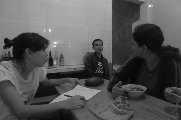Ageung berbincang dengan dua orang pembeli di warung mie ayam Mas Darmo.