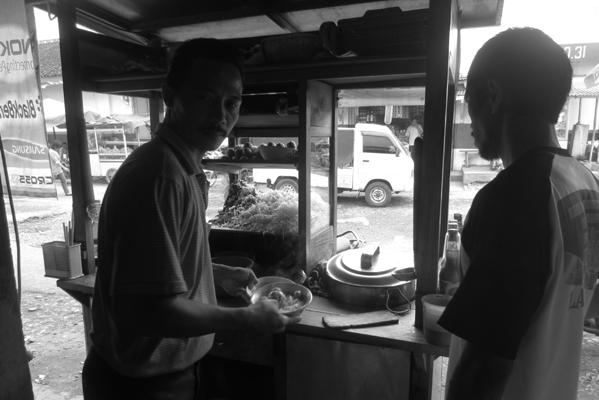 Pak Suhardi melayani pembeli.